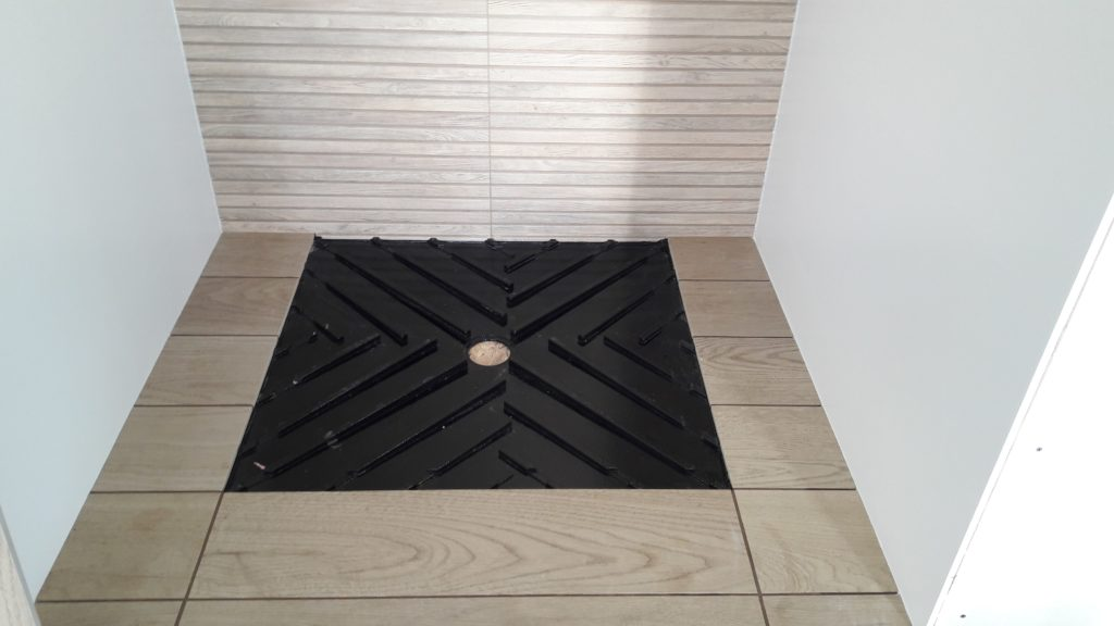 Évacuation d'eau assurée par pente de receveur dans une douche par Shane Candy 44