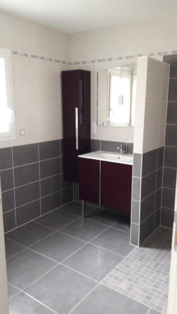 Salle de bains avec carrelage gris au sol et sur les murs ainsi qu'une douche à l'italienne par Shane Candy 44