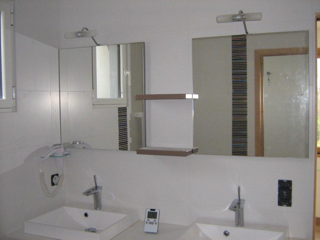 Salle de bains avec deux miroirs et double vasque par Shane Candy 44