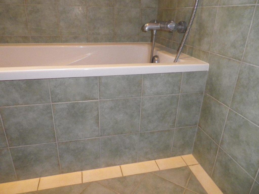 Carrelage bleuté d'une baignoire par Shane Candy