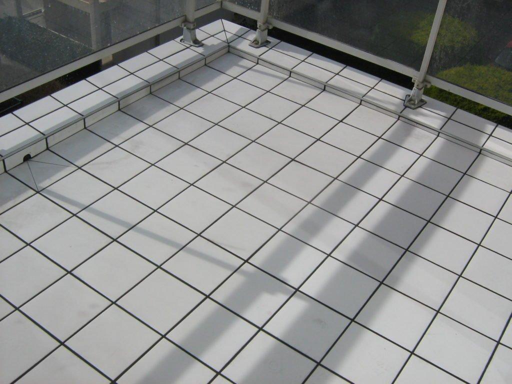 Carrelage blanc d'un balcon avec pentes par Shane Candy