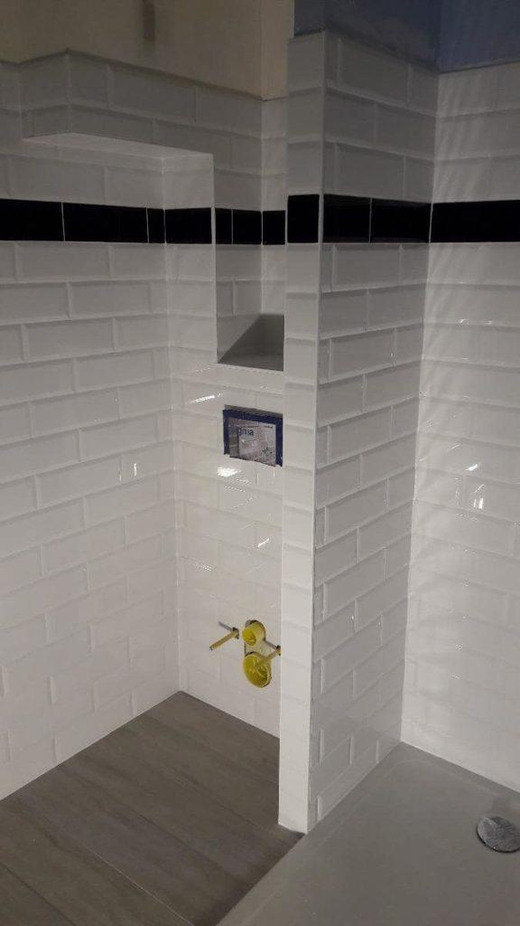 Douche avec bac extra plat et carrelage blanc aux murs par Shane Candy 44